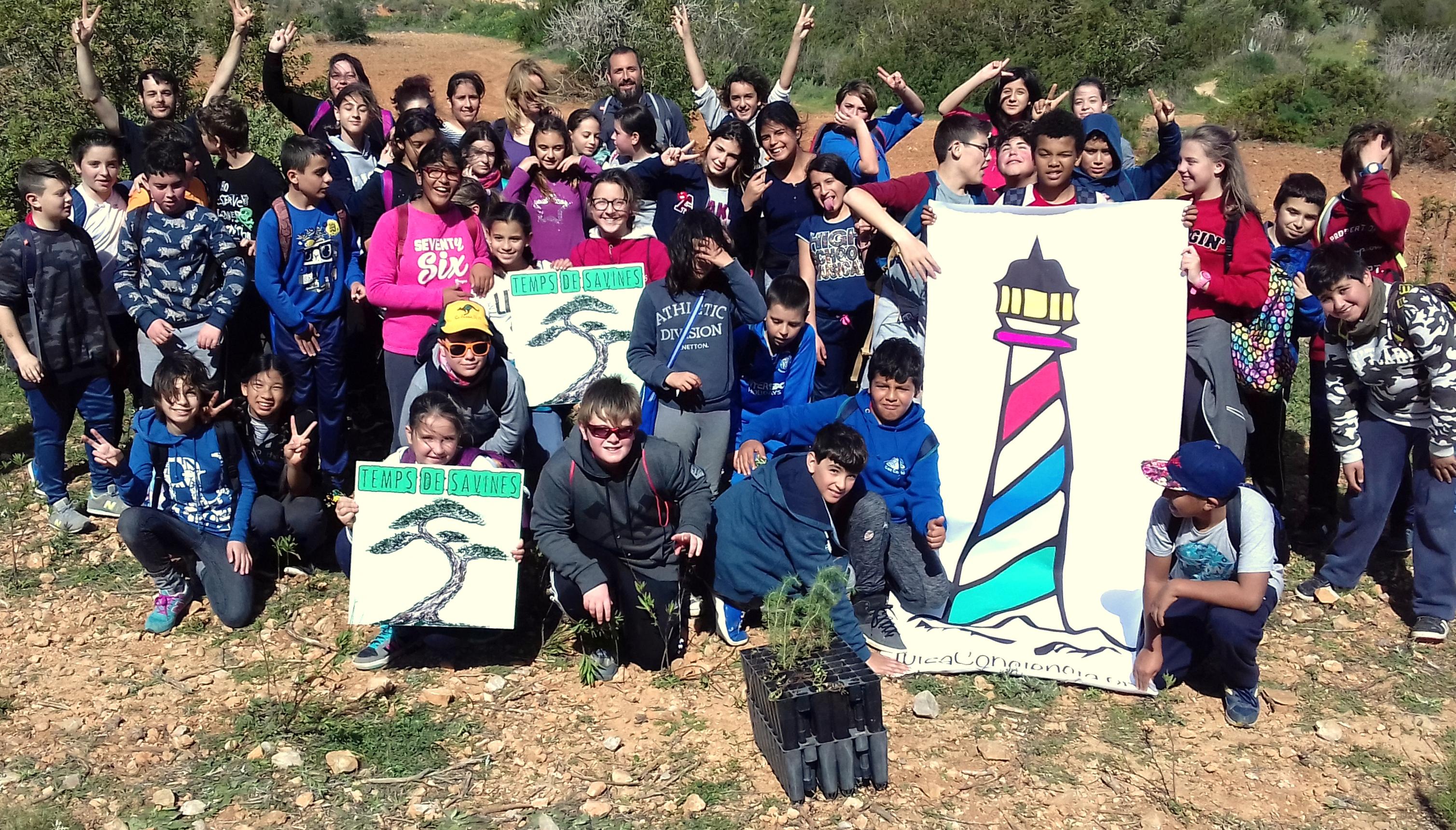 Uno de los cinco grupos de alumnos que han participado en la campaña de reforestación.